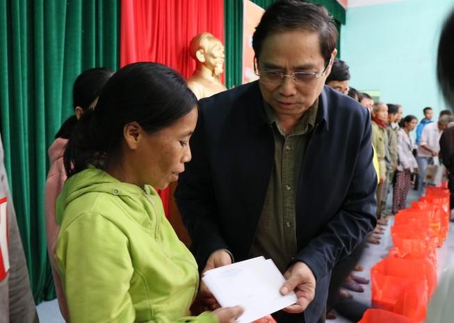 Trưởng Ban Tổ chức Trung ương tặng quà người nghèo Quảng Nam