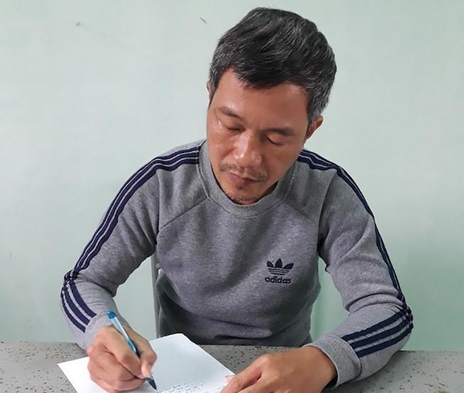 Đính làm giả con dấu của công ty chuyên xuất khẩu lao động rồi làm hồ sơ giả giúp người khác vay tiền ngân hàng lãi suất thấp. Ảnh: CA