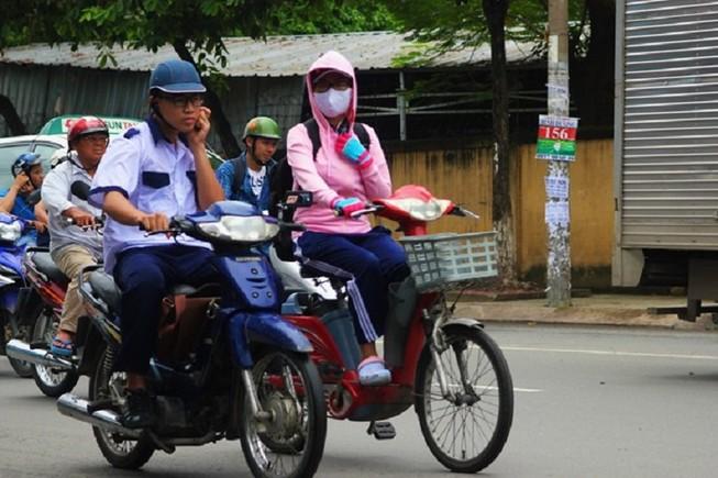 Lái xe máy bằng một tay, có bị phạt?