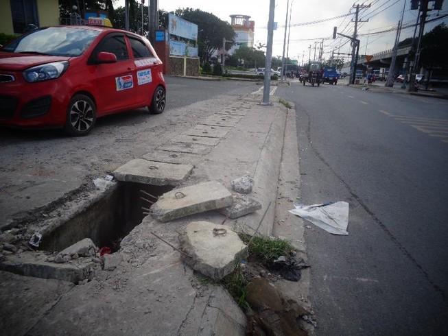 Đoạn mương không có nắp trên xa lộ Hà Nội