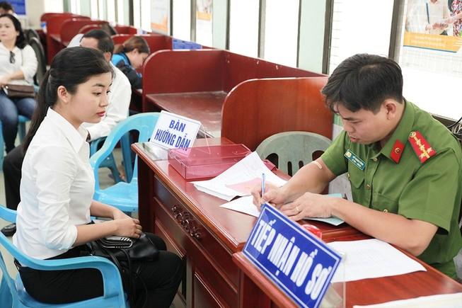 Người dân làm căn cước công dân tại Phòng PC06 Công an TP.HCM.  Ảnh: LÊ THOA