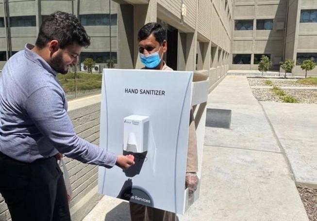 Bắt nhân viên làm giá để máy xịt gel khử trùng ngừa COVID-19