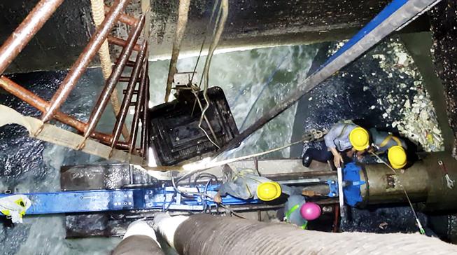 Hấp dẫn clip sửa cống sụp dưới đáy kênh Nhiêu Lộc