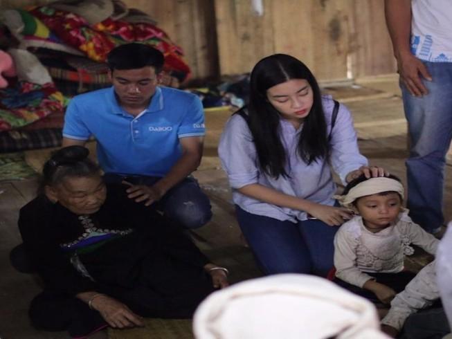 Kẹt ở tâm lũ, hoa hậu Đỗ Mỹ Linh làm từ thiện