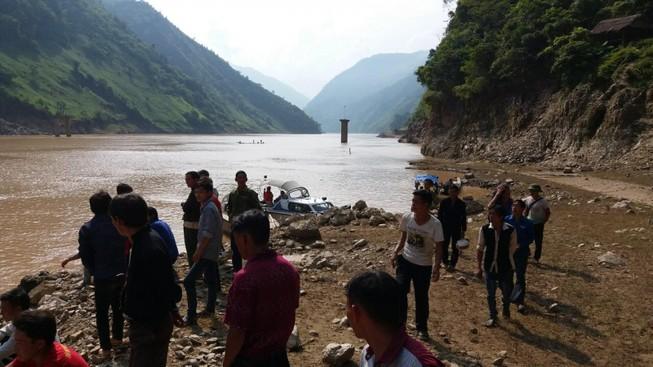 Liều mình cứu 7 người bị lật thuyền trên sông