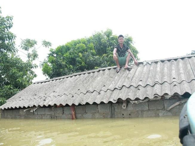 Ngập úng kéo dài, nhiều căn nhà trôi xuống sông Đà