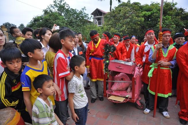 Lũ lượt xem lễ hội chém lợn làng Ném Thượng