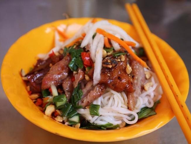 Quán bún thịt nướng ngon nhất chợ Bàn Cờ