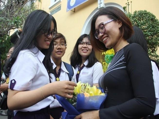 Học trò tặng hoa tri ân thầy cô ở trường THPT Nguyễn Thị Minh Khai