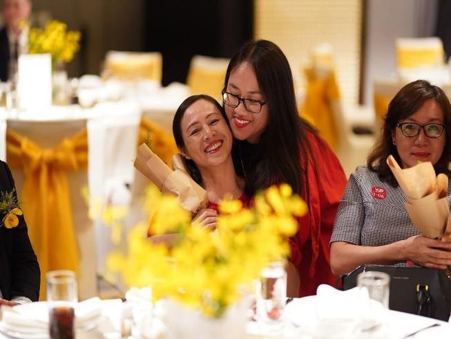 Khoảnh khắc nhiều cảm xúc khi học viên tặng hoa tri ân công ơn sinh thành của cha mẹ. Ảnh: BTC
