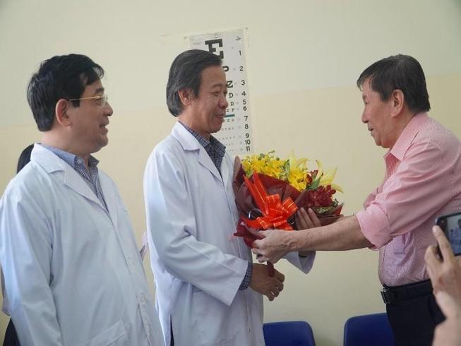 Ông Hoa trao hoa cảm ơn y bác sĩ BV Bệnh Nhiệt đới. Ảnh: Minh Tâm