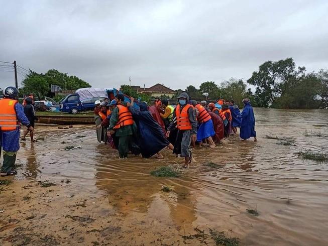 Ngư dân đưa thuyền đi biển lên ruộng cứu đồng bào vùng lũ