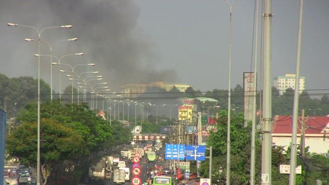 Hàng trăm cảnh sát dập đám cháy xưởng gỗ ở Thủ Đức