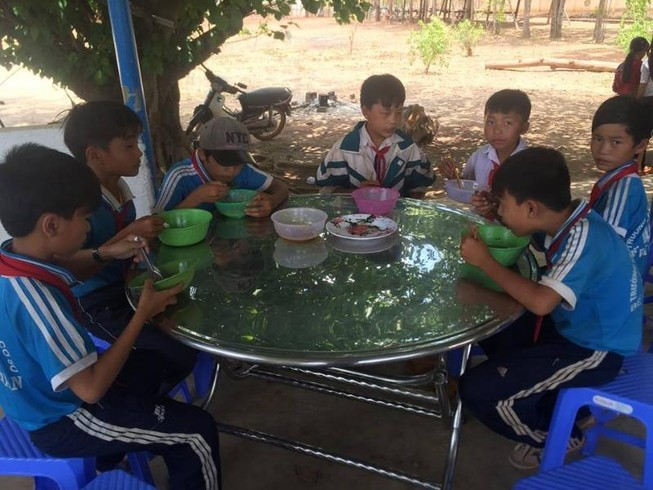 Anh Tám Khỏe hỗ trợ gạo, hạt giống cho học sinh nghèo