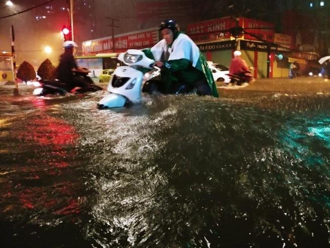 Người dân TP.HCM chật vật với nạn ngập sau bão số 9
