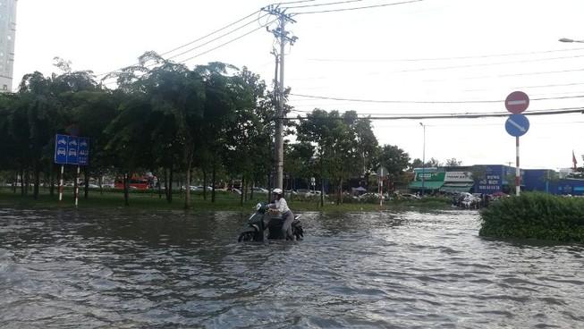 Dân Sài Gòn bì bõm lội nước chiều cuối tuần