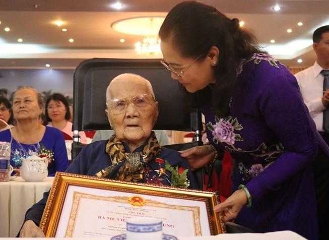 Phong tặng, truy tặng danh hiệu Bà mẹ VNAH cho 15 mẹ ở TP.HCM