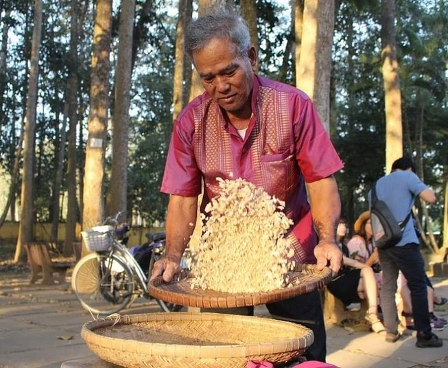 Về Trà Vinh trải nghiệm làm cốm dẹp cùng người Khmer