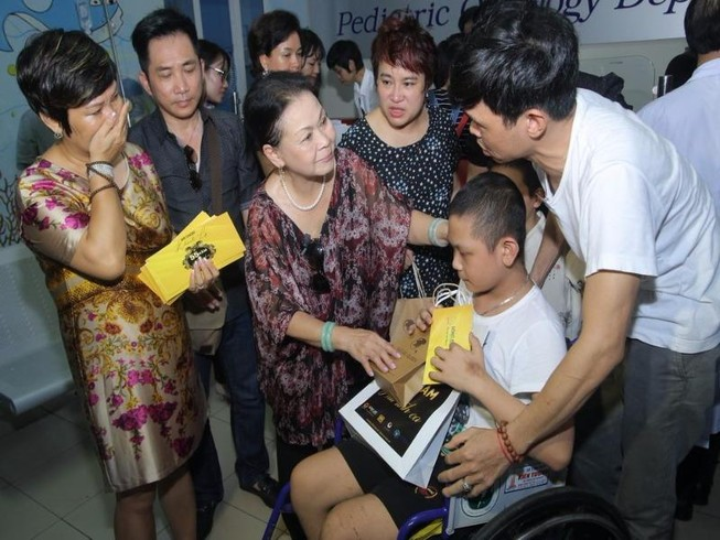 Danh ca Khánh Ly: Cười, hát rồi khóc ở bệnh viện