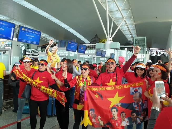 Hàng trăm CĐV Việt Nam sang Philippines 'tiếp lửa' cho đội nhà