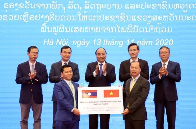 Việt Nam tặng Lào 1.000 tấn gạo khắc phục hậu quả thiên tai
