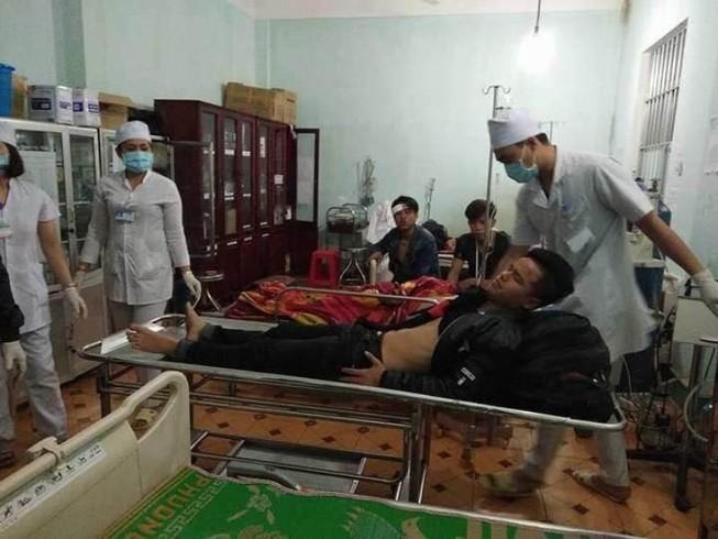 Lật xe khách trên đèo Lò Xo, 20 người thương vong