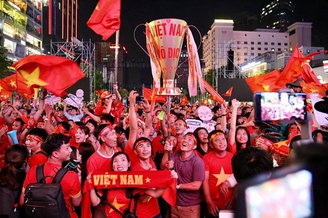 Phó Thủ tướng chỉ đạo người hâm mộ ăn mừng văn minh
