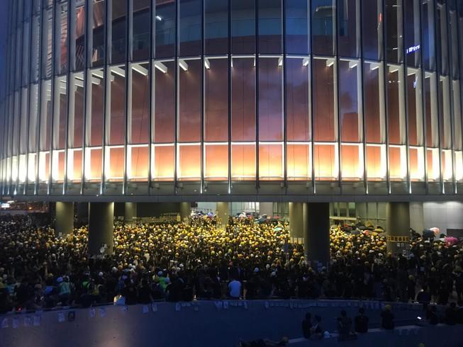 Bạo động ở Hong Kong, đám đông đập phá Hội đồng lập pháp