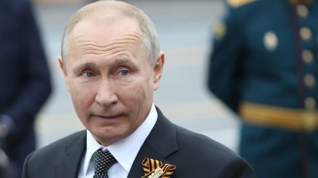 Learn to pronounce Tổng thống Nga Vladimir Putin theo dõi cuộc diễu hành Ngày Chiến thắng Quảng trường Đỏ, vào ngày 9 tháng 5 năm 2019 tại Moscow, Nga. Ảnh: Getty Image