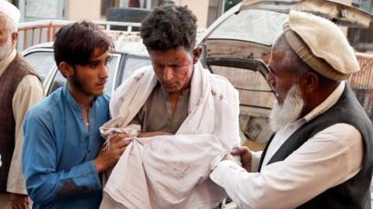 Một thanh niên được sơ cứu sau vụ nổ tại nhà thờ ở tỉnh Nangarhar (EPA)