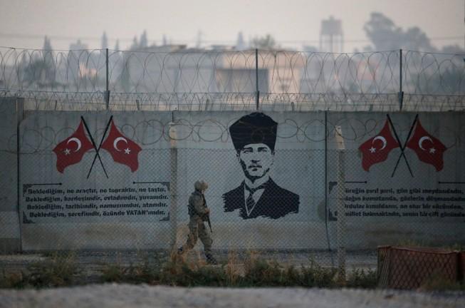 Một người lính Thổ Nhĩ Kỳ đứng bảo vệ ở biên giới Thổ Nhĩ Kỳ-Syria ở tỉnh Sanliurfa, Thổ Nhĩ Kỳ, ngày 30 -0 năm 2019. Ảnh: REUTERS