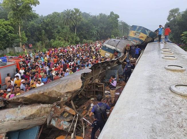 Video: 2 đoàn tàu Bangladesh va chạm, ít nhất 16 người chết