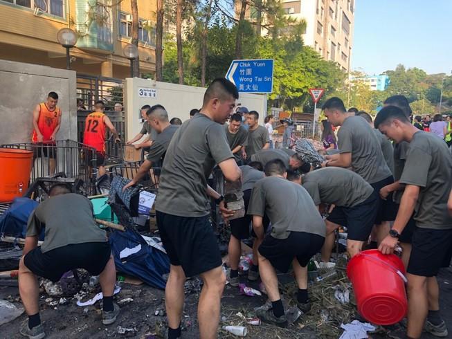 Biểu tình Hong Kong: Binh sĩ Trung Quốc lần đầu xuất hiện