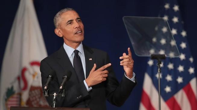 Cựu Tổng thống Barack Obama nói chuyện với các sinh viên tại Đại học Illinois, nơi ông  nhận Giải thưởng Paul H. Douglas về Đạo đức trong Chính phủ vào ngày 7-9 năm 2018 tại Urbana, Illinois. Ảnh: CNBC