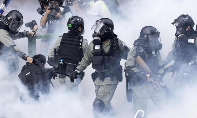 Cảnh sát chống bạo động bắt giữ một người biểu tình tại trường đại học. Ảnh: AP