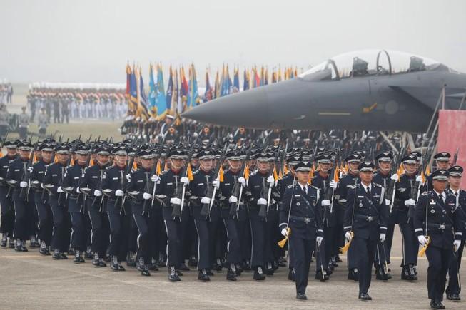 Các binh sĩ Hàn Quốc tham gia Ngày Lực lượng Vũ trang thường niên lần thứ 71 tại một căn cứ không quân ở Daegu vào ngày 1-10. Ảnh: AFP