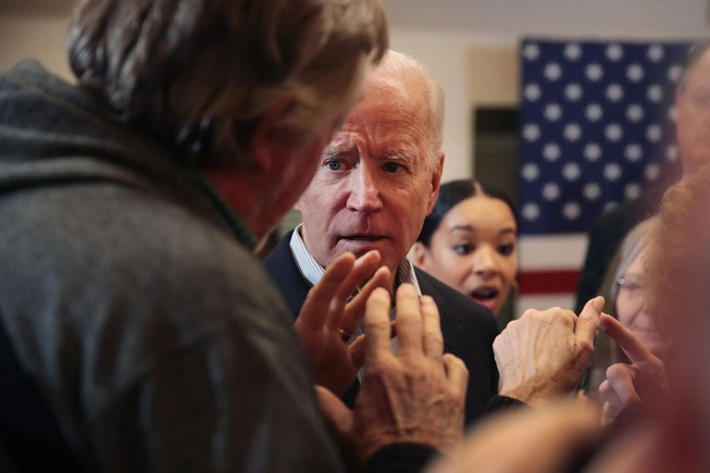 Ông Biden 'nổi đóa' khi một cử tri nói chuyện Ukraine