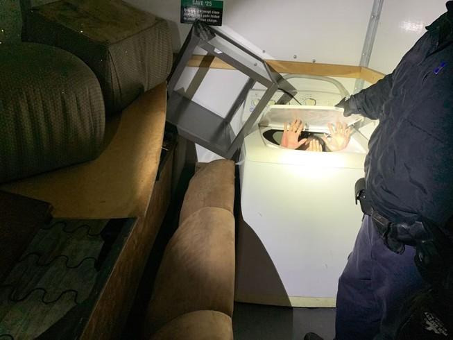 Trốn trong đồ nội thất để vào Mỹ, 11 người Trung Quốc bị bắt