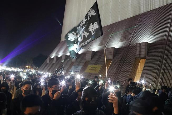 Đêm Giáng sinh đầy hỗn loạn tại Hong Kong