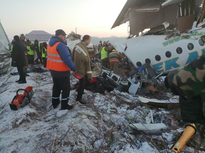 Máy bay chở 100 người rơi, đâm vào tòa nhà 2 tầng