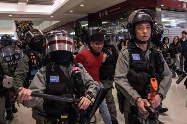 Hong Kong tiếp tục biểu tình dữ dội, 15 người bị bắt