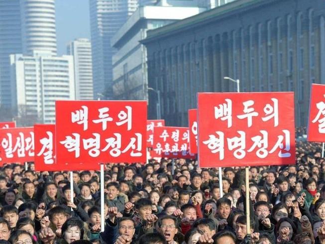 Hàng ngàn người dân Bình Nhưỡng tham gia diễu hành ngày 5-1 tại Quảng trưởng Kim Nhật Thành. Ảnh: KCNA