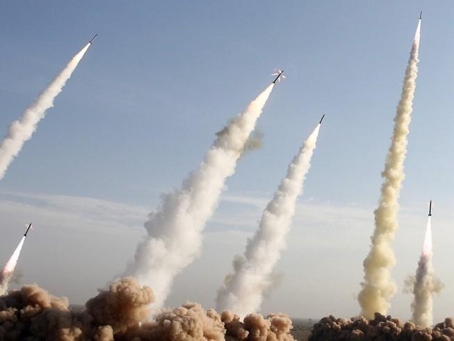 Quân đội Iran phóng tên lửa trong đợt diễn tập quân sự hồi tháng 11-2006. Ảnh: REUTERS
