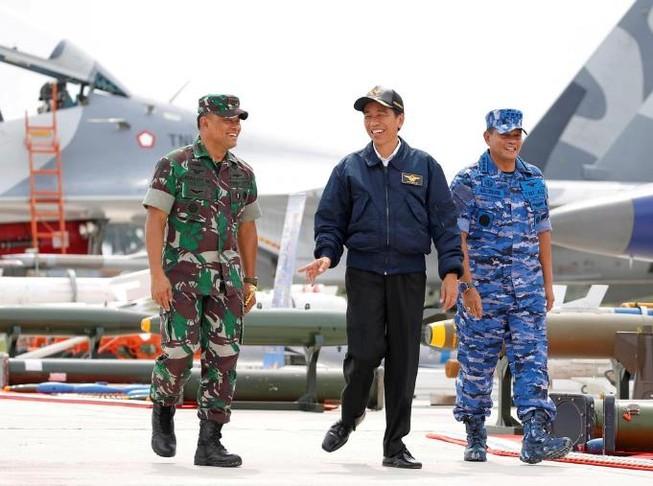 Tổng thống Indonesia Joko Widodo (ở giữa) tại một cuộc diễn tập tại quần đảo Natuna, ngày 6-9-2016.
