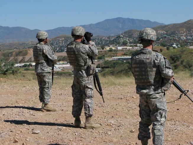 Vệ binh Quốc gia Mỹ làm nhiệm vụ canh gác ở biên giới Mỹ-Mexico tháng 10-2010. Ảnh: NPR