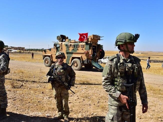Lính Mỹ tuần tra dọc biên giới Syria-Thổ Nhĩ Kỳ hồi tháng 9-2019. Ảnh: AP