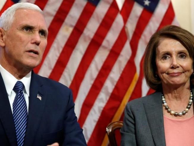 Bà Pelosi (phải) cho biết đã được ông Pence (trái) báo lại vụ Iran nã tên lửa căn cứ Mỹ. Ảnh: DAILY BEAST