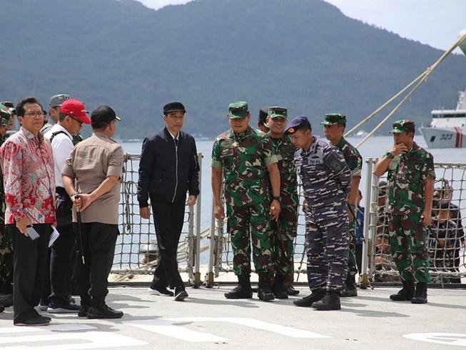 Tổng thống Indonesia Joko Widodo thăm căn cứ quân sự trên đảo Natuna Besar ngày 8-1. Ảnh: REUTERS