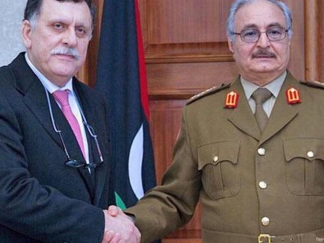 Thủ tướng Fayez al-Sarraj (trái) và Tướng Khalifa Haftar (phải). Ảnh: AP
