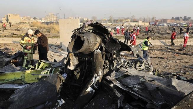 Hiện trường vụ rơi máy bay chở khách Ukraine ở Iran hôm 8-1. Ảnh: ANADOLU